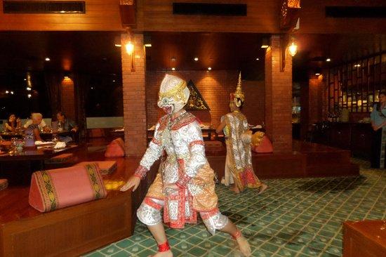 Royal Orchid Sheraton Hotel & Towers : spettacolo al ristornte thai