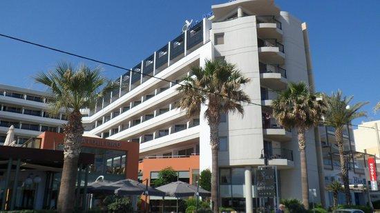 Aquila Porto Rethymno: Front of hotel