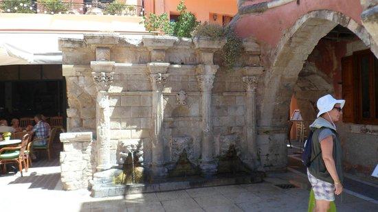 Aquila Porto Rethymno Hotel : Rimaldi Fountain, Old town
