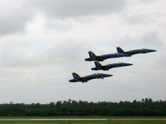 Museo Nacional de Aviación Naval: Blue Angels in Flight