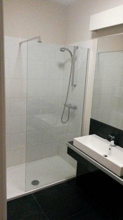 The White Hart Country Inn: Super modern & huge shower!