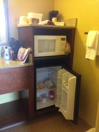 Rosen Inn International: bathroom sink area with microwave, fridge and coffee maker