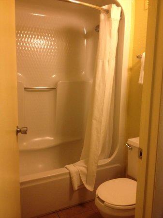 Rosen Inn International: bath tu and toilet part of the bathroom