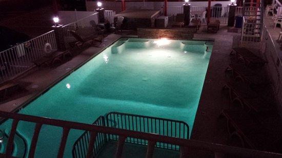 Sahara Motel: Nighttime pool