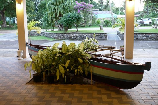 Cliff Rainbow Hotel: Canoe in the Lobby