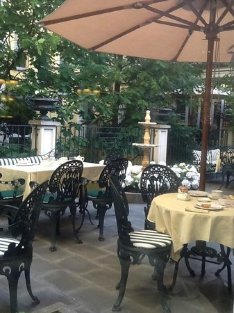 Il giardino della prima colazione all'Hotel Victoria