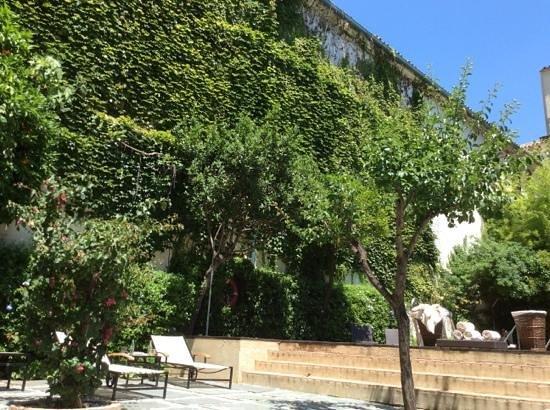 Hospes Palacio del Bailio: Inner courtyard pool area