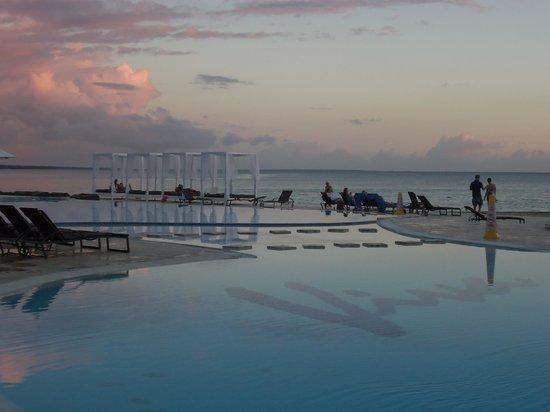 Viva Wyndham Dominicus Beach: une des piscine avec la magnifique vue