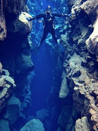 Magmadive: holding both tectonic plates in iceland