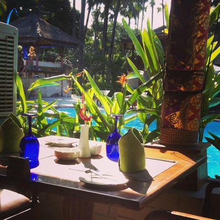 Club Bali Family Suites at Legian Beach : Dining by the pool
