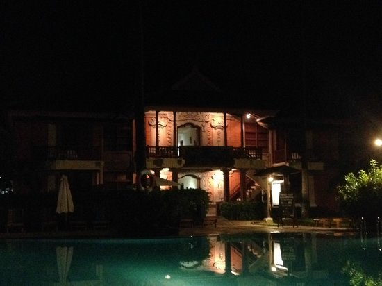 Club Bali Family Suites at Legian Beach : Relaxing by the pool at night