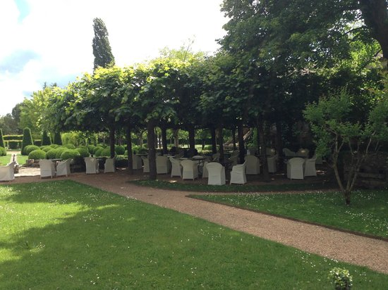 Le Vieux Logis : Hotel grounds with outdoor eating area.