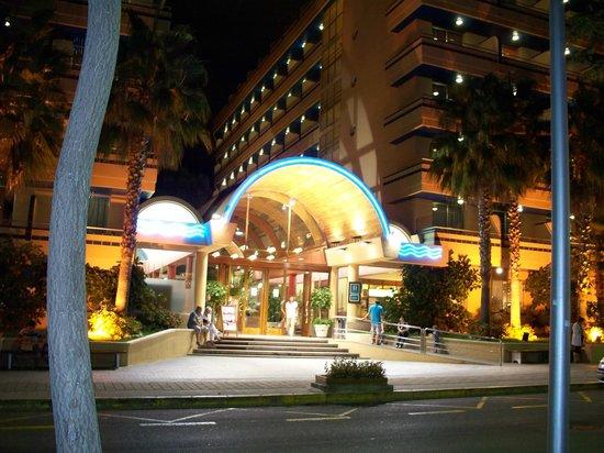 4R Playa Park: вид на отель вечером