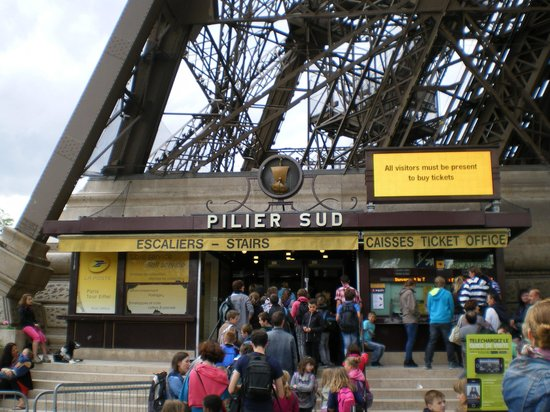 Tour Eiffel : South leg of the tower