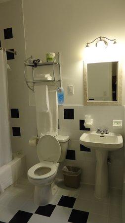 Wolcott Hotel : Bathroom