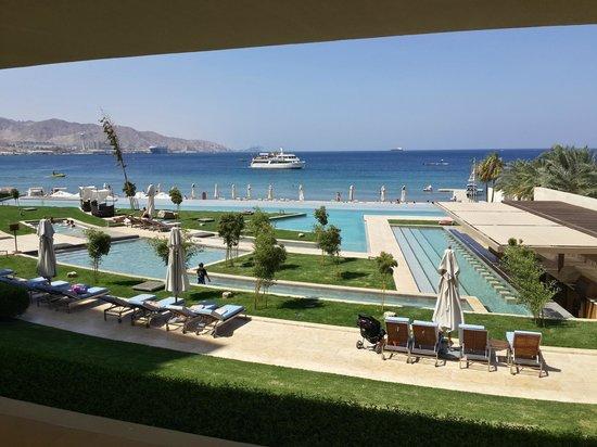 Kempinski Hotel Aqaba Red Sea: מבט לעבר הבריכה מחדר האוכל