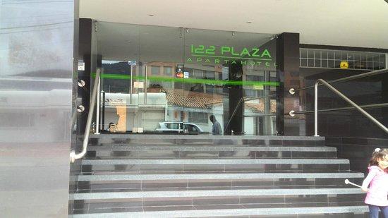 122 Plaza Apartahotel: Entrada al hotel