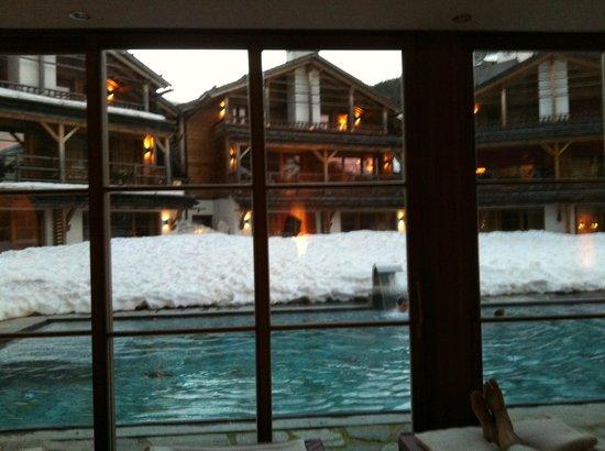 Post Alpina - Family Mountain Chalets: piscina dalla sala relax