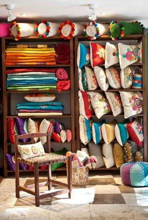 San Isidro, Argentina: Detalle de Almohadones y pies de cama tejidos en telares del Noa argentino