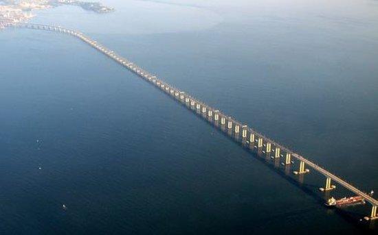 A droite la ville de niteroi et au fond le pont picture for Au fond de la piscine