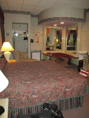 """Salvatore's Garden Place Hotel, an Ascend Hotel Collection Member : The inside of the """"DaVinci"""" room, complete with a print of a DaVinci painting above the bed."""
