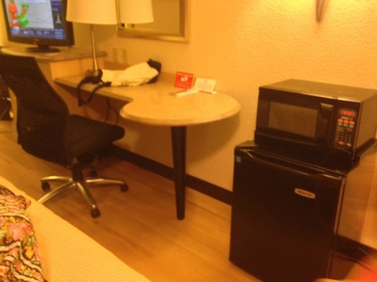 Red Roof Inn Lexington South: Desk area, microwave and fridge