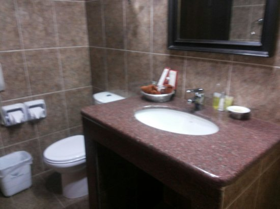 Hotel Shanker: Clean bathroom with a bath tub