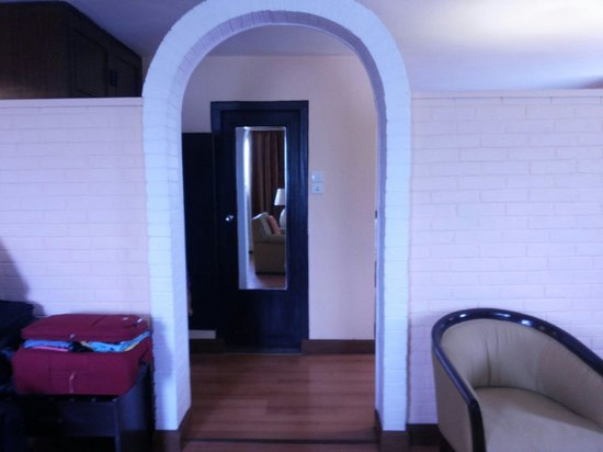 Hotel Shanker: Archway separating the bedroom