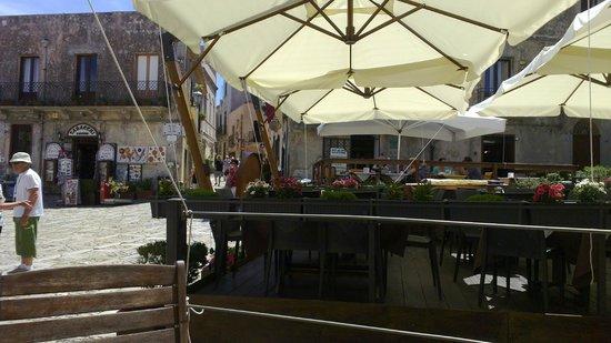 L'oasi Del Gusto: Scorcio della piazza dove è situato il bar