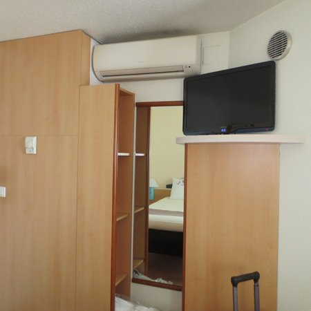 Ibis Reims Centre: TV and armoire
