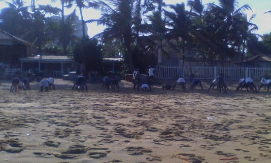 Mount Lavinia Beach: Morning exercise on the beach
