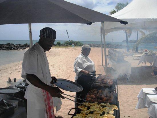 Rendezvous Resort: BQ lunch on beach