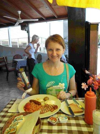Raphael's Restaurant: это наш завтрак (на заднем плане Стефания)
