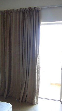 Elena Beach Hotel: nice heavy curtains that block out light