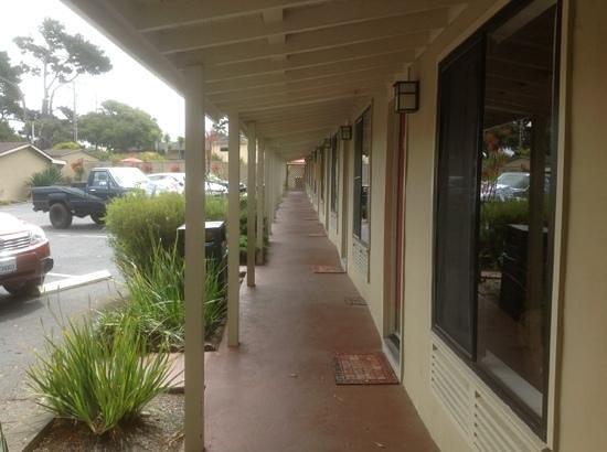 Monterey Peninsula Inn : Corridor at Sea Breeze Lodge