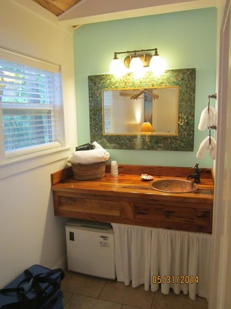Tropical Inn: Vanity Area in Coconut Cabana room