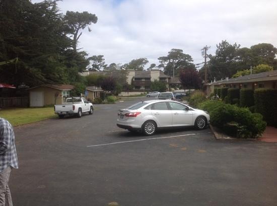 Monterey Peninsula Inn: Back entrance of Sea Breeze Lodge
