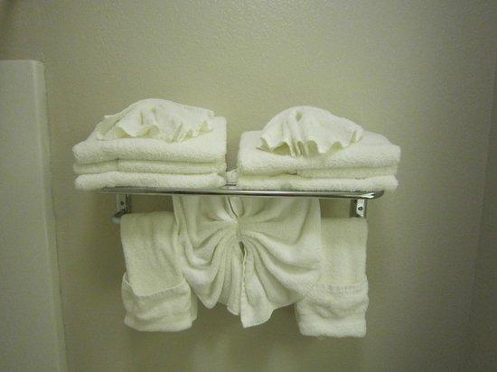 Days Inn & Suites Louisville SW: Presentation of bath linens