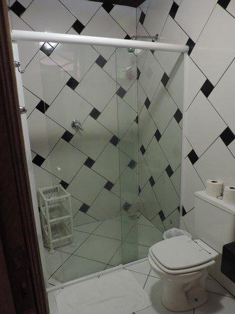 Pousada Refron du Mar: Banheiro de muito bom gosto !