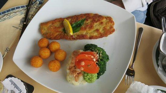 Strandhalle Dorum: Schweineschnitzel mit Gemüse und Kartoffelbällchen