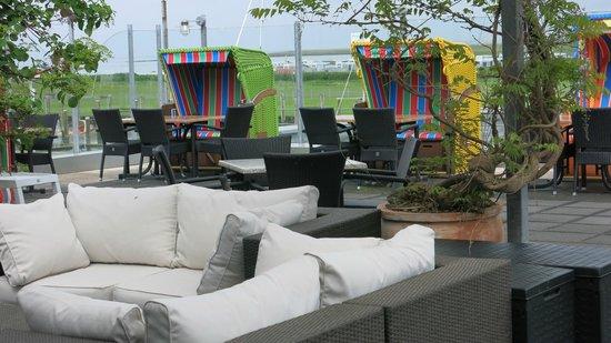 Strandhalle Dorum: luftige Veranda mit Strandkörben