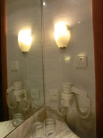 City Garden Hotel Makati: Hair dryer in the bathroom