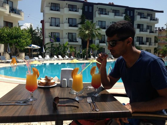 Lemas Suite Hotel: Poolside drinks from the bar