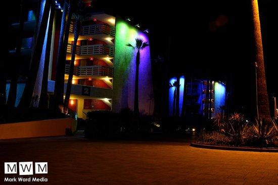 Hotel Maya - a DoubleTree by Hilton Hotel: Hotel at night