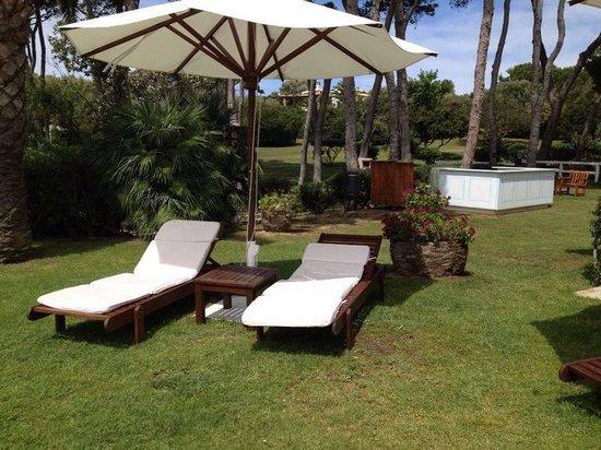 Hotel Cala Caterina: sdrai sul verde del parco messi un po di qua un po di la