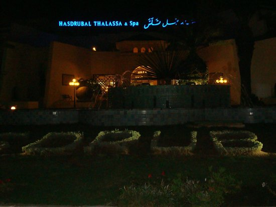 Hasdrubal Thalassa Hotel & Spa Port El Kantaoui: L'entrée de l'hôtel de nuit