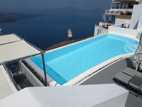 Cosmopolitan Suites Hotel: View of the pool