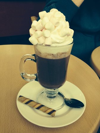 Red Boat Ice Cream Parlour: Hot chocolate with cream and marshmallows!!!! Gorgeous!!!!!