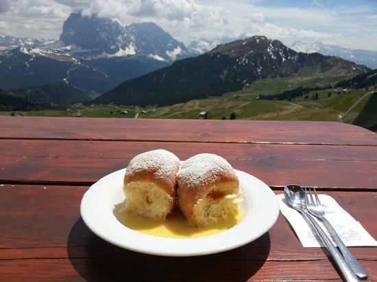 Rifugio Troier: Pasta lievitata alla marmellata con salsa di vaniglia