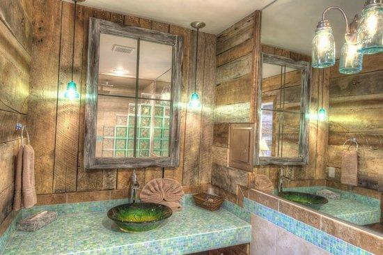 Inn at Avila Beach: Our Modern Spa Room's bathroom